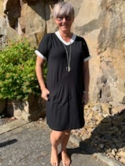 Jersey kjole m/kort ærme, sort m/hvid kant hals og ærme
